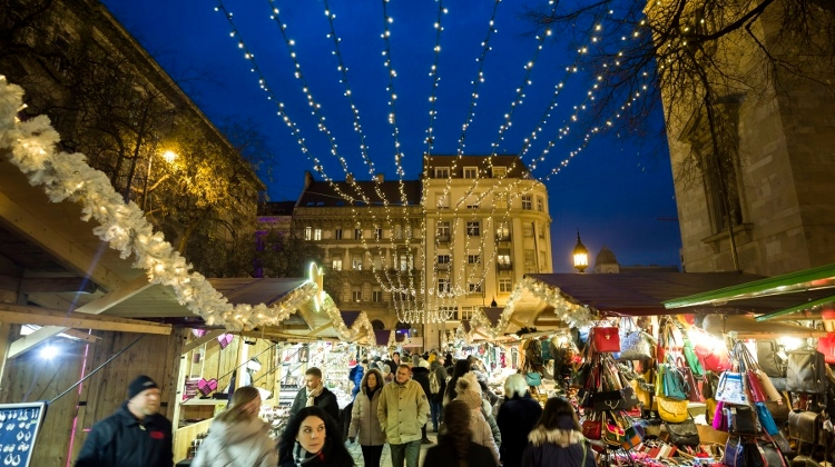 Video: Christmas Markets In Budapest
