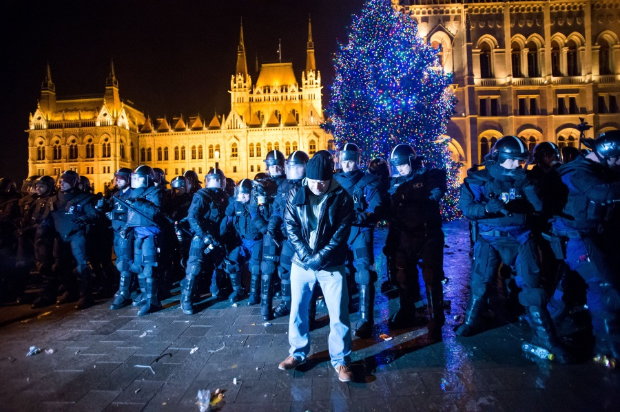 Video : Protests Hit Hungarian Parliament Over 'Slave Law' Labour Bill