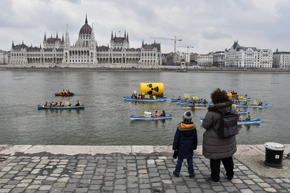 Video: Greenpeace Hungary's Floating Protest Against Nuclear Power Plant