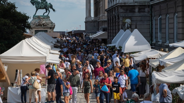 Arts & Crafts Fair In Buda Castle Attracts 65,000