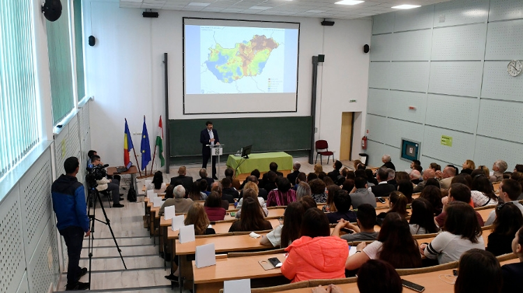 Hungarian President Áder Holds Lecture On Water, Climate Change At Sapientia University
