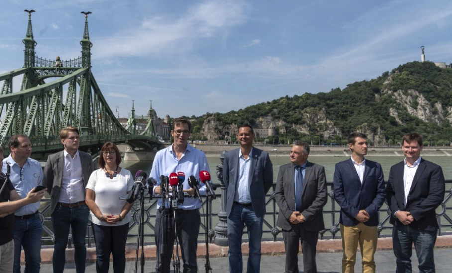Hungarian Opinion: Weeklies On First Days Of Opposition Rule In Budapest