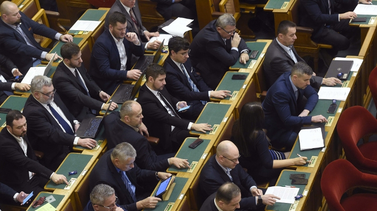 Hungarian Opinion: Parliament Regulations Amended