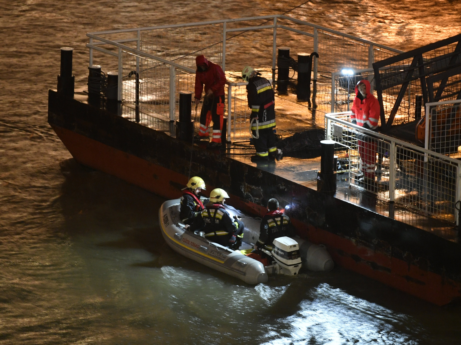 Video: Budapest Boat Tragedy - Divers In Action, Body Found 100km From Accident