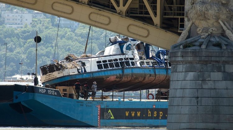 Video: Wreck Of Sightseeing Boat Raised In Budapest - Timelapse Film Shows Recovery