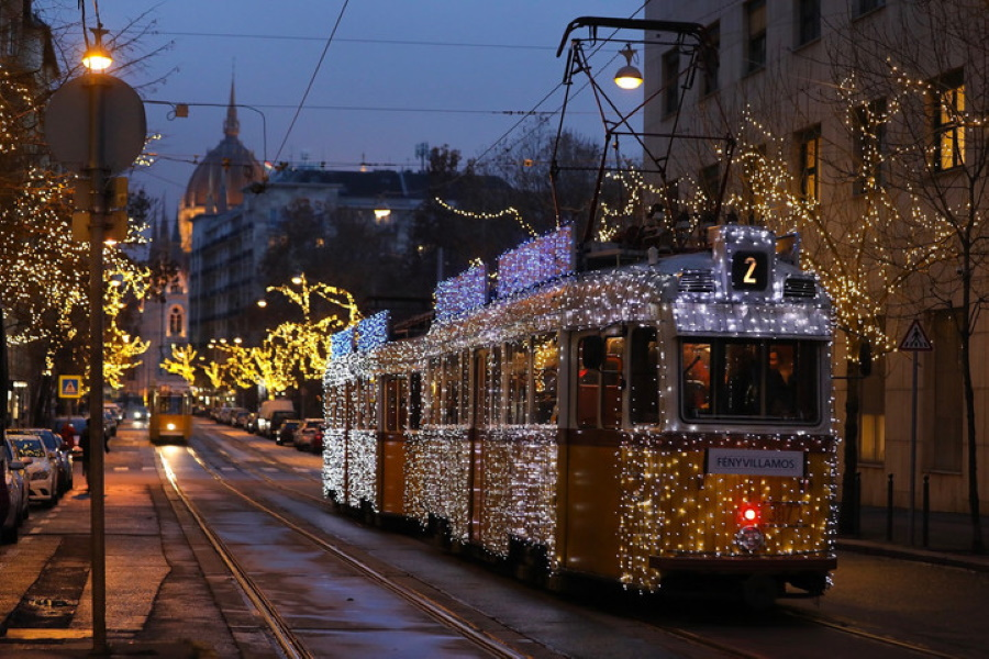 Video: Xmas Tram Schedule In Budapest