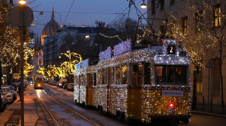Video: Xmas Tram Schedule In Budapest In 2020