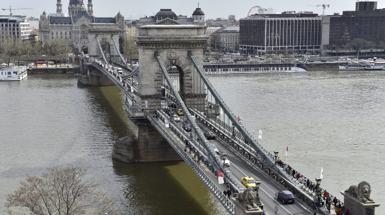Budapest Chain Bridge Crossing Ban For Tourist Buses & Trucks In Effect