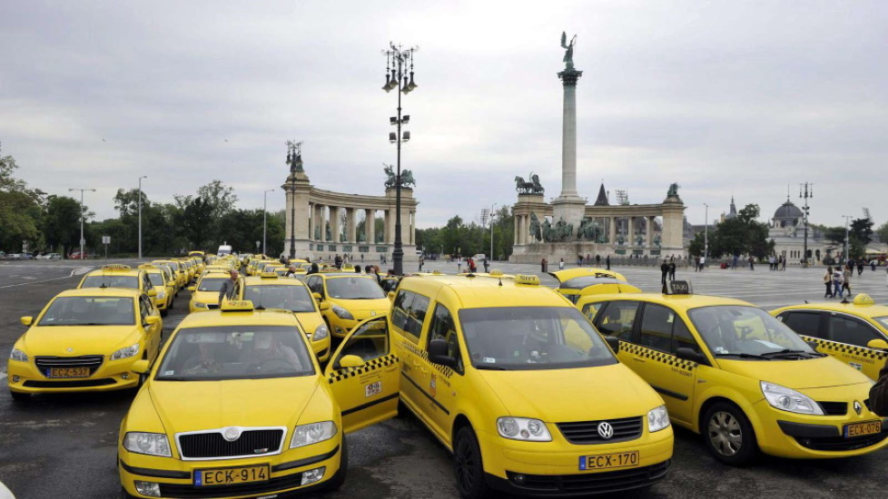 Video: Taxi Drivers Give Free Rides For Hungarian Health Care Workers