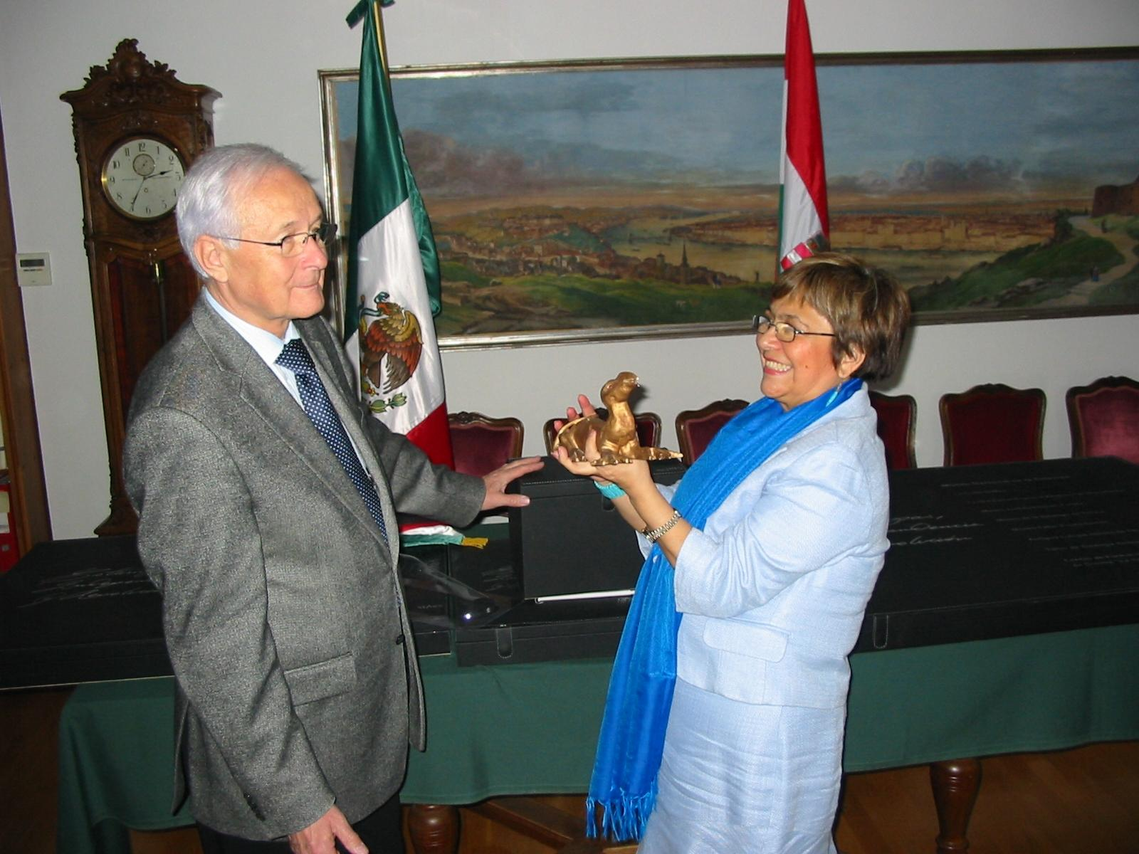 Ambassador Of Mexico In Hungary Enriches Budapest History Museum