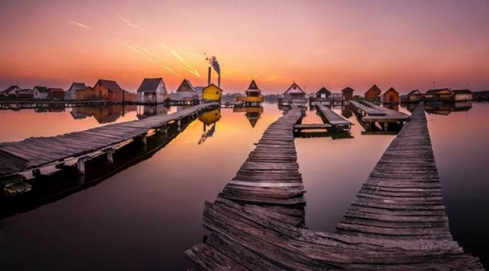 """Floating"" Hungarian Village Becomes Internet Sensation"