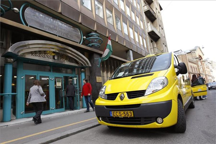 Budapest Taxi Drivers Relaunch Protest Against Uber