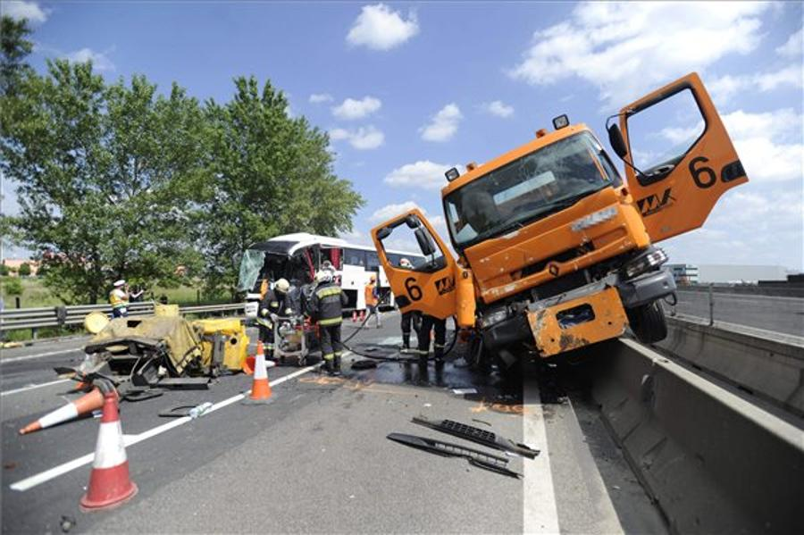 Driver Dies In Serbian Tourist Bus Crash On Budapest Ringroad
