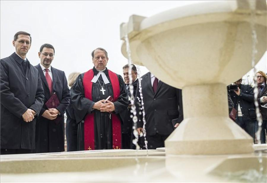Hungarian Economy Minister Inaugurates Memorial Well Dedicated To Reformation